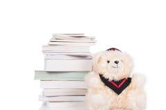 Vestido vestindo do livro velho e do urso de peluche Fotografia de Stock