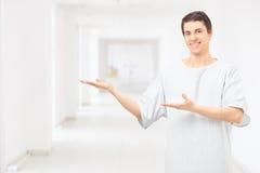 Vestido vestindo paciente masculino do hospital e gesticular com mãos na fotos de stock royalty free