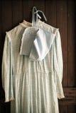 Vestido viejo que cuelga en una puerta Imagen de archivo libre de regalías