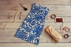 Vestido y accesorios azules hermosos en un backgroun de madera Imagenes de archivo