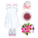 Vestido y accesorios del bebé en el fondo blanco Fotografía de archivo