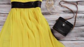 Vestido y gafas de sol amarillos almacen de metraje de vídeo