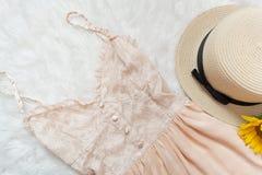 Vestido y paja poner crema del cordón Piel blanca, cierre para arriba Imagenes de archivo