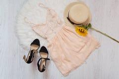 Vestido, zapatos, sombrero de paja y girasol poner crema Piel blanca, visión superior Fotografía de archivo libre de regalías