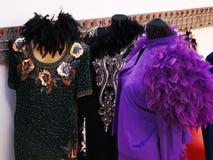Vestidos coloridos na sala dos suportes fotografia de stock royalty free