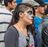 Vestidos da mulher como o esqueleto para a parada Imagem de Stock Royalty Free