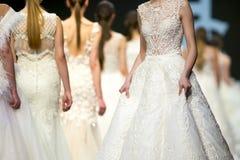 Vestidos de casamento bonitos da pista de decolagem do desfile de moda fotografia de stock