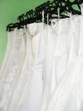 Vestidos de casamento em ganchos Fotos de Stock Royalty Free