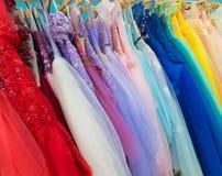 Vestidos de noche de las señoras de diversos colores en la tienda Fotografía de archivo