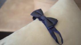 Vestidos del hombre una corbata de lazo almacen de video