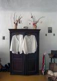 Vestidos do branco que penduram no armário Fotografia de Stock