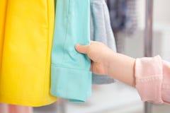 Vestidos dos toques da menina na loja foto de stock
