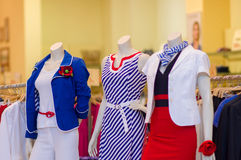 Vestidos e ternos da cor em mannequins na alameda Fotos de Stock Royalty Free