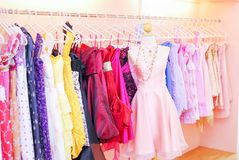 Vestidos em manequins na montra imagens de stock
