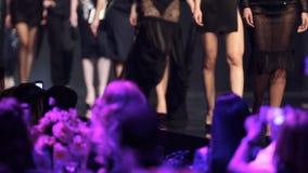 Vestidos hermosos del negro de la pista del desfile de moda metrajes