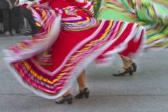 Vestidos mexicanos de roda da dança na rua Imagem de Stock Royalty Free