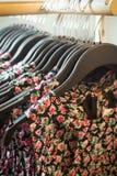 Vestidos na loja imagem de stock