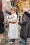 Vestidos que caben y de compras Foto de archivo libre de regalías