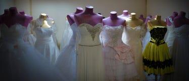 Vestidos y maniquíes en la habitación de atrás Fotografía de archivo