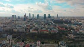 Vestigend antenne van Warshau in de avond, Polen de stad in wordt geschoten dat 4K video stock video