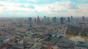 Vestigend antenne van Warshau in de avond, Polen de stad in wordt geschoten dat 4K video stock footage