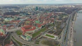 Vestigend antenne van Warshau in de avond, Polen de stad in wordt geschoten dat 4K video stock videobeelden