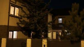 Vestigend schot van buiten woon slim huis die lichte automatisering in elke ruimte testen bij nacht - stock video