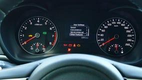 Vestiging de auto` s functies die het computerscherm met behulp van aan boord stock footage