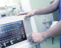 Vestiging een medische monitor in het ziekenhuis Royalty-vrije Stock Foto's