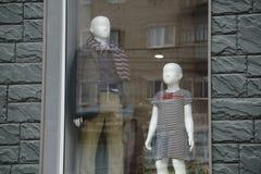 Vestindo manequins, o shopping, através da roupa nova durante a compra, o ` colorido s das mulheres veste-se nos ganchos de madei imagens de stock royalty free