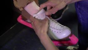 Vestindo a menina para a patinagem art?stica