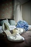 Vestindo a noiva. imagem de stock