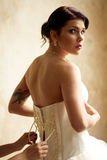 Vestindo a noiva com tatuagem Fotos de Stock