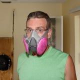Vestindo uma máscara do molde Fotografia de Stock