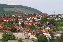 Vesting en huizen onder heuvel Eger Stock Afbeelding