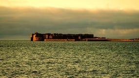 Vesting en Pier van de Cherbourg de de Binnenhaven binnen tijdens zonsondergang Normandi?, Frankrijk stock foto's