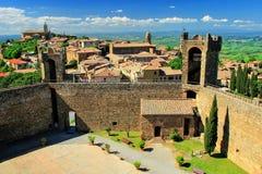 Vesting en stad van Montalcino in Val D ` Orcia, Toscanië, Italië stock afbeelding