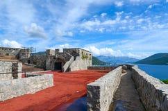 Vesting Kanli Kula (Bloedige Toren) op achtergrond van baai, Herceg Royalty-vrije Stock Afbeeldingen