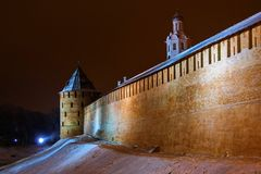 Vestingsmuur met torens in Veliky Novgorod stock foto