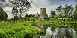 Vestingstoren over de rivier in Pskov Stock Afbeeldingen
