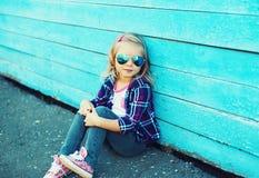 Vestir à moda da criança óculos de sol e assento quadriculado da camisa Foto de Stock Royalty Free