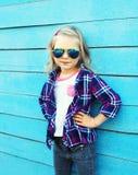 Vestir à moda da criança óculos de sol e camisa quadriculado Foto de Stock Royalty Free