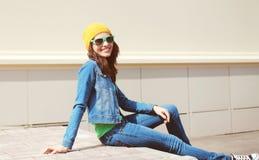 Vestir bonito feliz da jovem mulher óculos de sol e roupa das calças de brim Fotografia de Stock