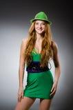 Vestir da jovem mulher Fotografia de Stock Royalty Free