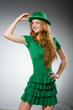 Vestir da jovem mulher Fotos de Stock Royalty Free