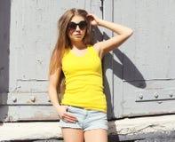 Vestir da menina da forma do retrato óculos de sol e t-shirt imagem de stock