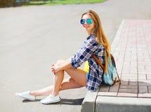 Vestir de sorriso feliz bonito da menina óculos de sol Fotos de Stock Royalty Free
