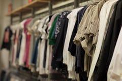 Vestir en un estante Fotografía de archivo