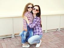 Vestir feliz da mãe e da criança camisas quadriculado e óculos de sol fotografia de stock
