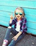 Vestir fresco à moda da criança óculos de sol e camisa quadriculado Imagem de Stock